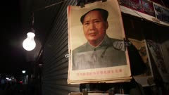 Mso Zedong's portrait hands from shop door
