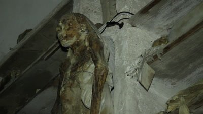 A bride died just before her wedding,now resting in the caputine catacomb