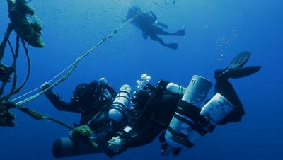 technical divers in decompression